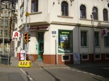 Bildinhalt: die Flora-Apotheke an der Merseburger Straße 92, Ecke Hebelstraße