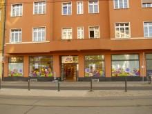 Bildinhalt: mehr als 80 Jahre lang das neueste Haus am Lindenauer Markt - aber die interessante Putzfassade im Stile des Art Decó wurde zur DDR-Zeit von