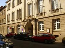 Bildinhalt: Im Erdgeschoss der Demmeringstraße 18 befinden sich das Lindencafé und die evangelische Kindertagesstätte