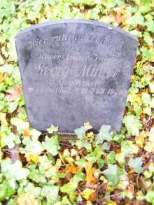 Bildinhalt: Die malerisch gelegene, Efeu-umrankte Grabstelle des Gründers der Flora-Apotheke in Lindenau, Georg Carl Bruno Müller (geboren 1. November 1853, gestorben 18. Juli 1920) befindet sich auf dem Lindenauer Friedhof Merseburger Straße 148.