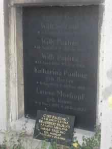 Bildinhalt: Auf dem Lindenauer Friedhof befindet sich die gemeinsame Grabanlage von acht Angehörigen der Familien Pauling und Schrauth.