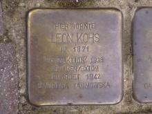 Bildinhalt: Ein Stolperstein für den Kaufmann Leon Kohs, der in der Odermannstraße 4 einen Altwarenladen betrieb, liegt in der Nachbarstraße vor der alten Post, Endersstraße 3.