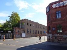Bildinhalt: rechts das Gebäude Saalfelder Straße 1, links die Rückseite der >>> Thüringer Straße 1