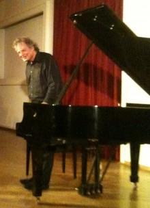 Bildinhalt: Joachim Kühn, März 2010, Jazz-Pianist, prägte wie kein Zweiter die deutsche Jazzwelt. Er wuchs in der Lützner Straße 19 auf.   Foto: wikipedia-Beteiligte Ot - Eigenes Werk own foto.CC BY-SA 3.0