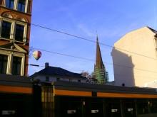 Bildinhalt: Die Villa Demmeringstraße 34 wird durch das ehemalige Möbelgeschäft von Ferdinand May vom Straßenlärm abgeschirmt
