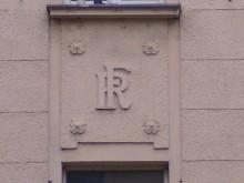 Bildinhalt: Initialen RF an der Fassade: das Haus Gundorfer Straße 15 gehörte dem Butterhändler Robert Funke