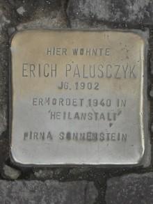 Bildinhalt: Hier wohnte Erich Palusczyk, Jahrgang 1902. Er wurde 1940 in der