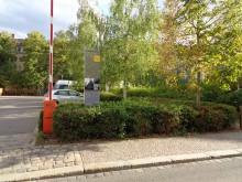 Bildinhalt: Am einstigen Standort des Hauses Dreilindenstraße 18 erinnert eine Stele aus Streckmetall - das in der DDR für Grenzsicherungsanlagen eingesetzt wurde - an das erste Büro des NEUEN FORUM in Leipzig.