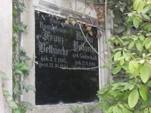 Bildinhalt: Auch die Häuser Hebelstraße 1, 3, 5, 7, 8, 9, 10 und 25 gehörten zum Immobilienbesitz des Baumeisters Franz Bettzieche (geboren am 2. Februar 1865, gestorben am 15. Oktober 1944). Sein aufwändig gestaltetes Familiengrab befindet sich auf dem Lindenauer Friedhof.