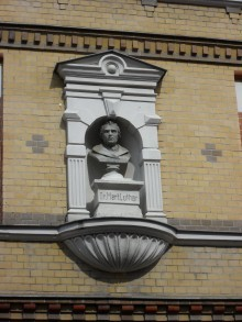 Bildinhalt: Die Lindenauer Lutherstraße wurde zum 1. Januar 1908 in Cranachstraße umbenannt. Damals lebte hier im Haus in der ersten Etage der Bildhauer Karl Thieme.