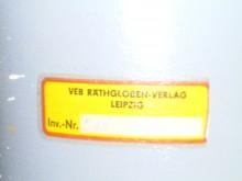 Bildinhalt: Der VEB Räthgloben-Verlag Leipzig produzierte in der Raimundstraße 14. Nach dem Auszug des Betriebes ins Leipziger Umland blieb blieb nur ein Abziehbild zurück.