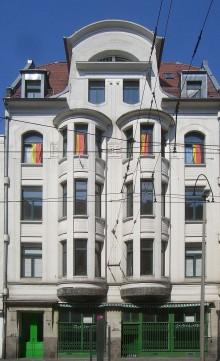 Bildinhalt: Mehrfamilienwohnhaus Merseburger Straße 90, Foto: L.E.rewi-sor. Wikimedia Commons, CC BY-SA 3.0