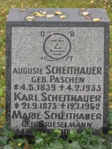 Bildinhalt: Die Grabstelle von Karl Scheithauer (geboren 21. September 1873, gestorben 12. Januar 1962) befindet sich auf dem Lindenauer Friedhof Merseburger Straße 148. Der Grabstein ist mit seinem Warenzeichen, dem Stenographiekopf, auch