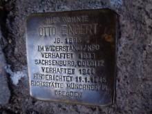 Bildinhalt: Vor der Karl-Ferlemann-Straße 16 in Leipzig-Lindenau erinnert ein sogenannter Stolperstein des Kölner Bildhauers Gunter Demnig an Otto Engert.