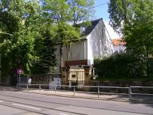 Bildinhalt: der Eingang zur Nachbarschaftsschule im Mai 2012