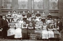 Bildinhalt: Arbeiterinnen der Ringspinnerei, Gruppenfoto vom 1. Dez. 1909. © Spinnerei Archiv
