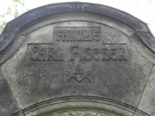 Bildinhalt: Schlussstein des Grabmales von Architekt Carl Fischer (5. August 1860-11. Juli 1917) und seiner Familie auf dem Friedhof Lindenau, Merseburger Straße 148