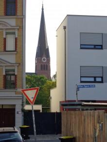 Bildinhalt: links: William-Zipperer-Straße 14, ehem. VEB Folimat; rechts: Neubau William-Zipperer-Straße 12
