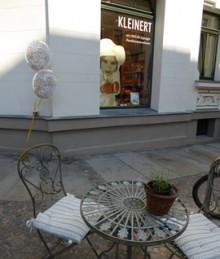 Bildinhalt: Das Bäckereifachgeschäft & Café am Diakonissenhaus ist eine Filiale der Handwerksbäckerei & -konditorei Jürgen Kleinert. In der Georg-Schwarz-Straße 58 gibt es Sitzmöglichkeiten im Außenbereich.