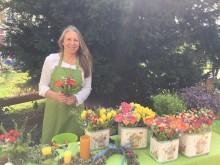 Bildinhalt: Andrea Bibas an ihrem Marktstand. Sie ist auch mobil mit dem Blumen-Fahrrad in Leipzig unterwegs.