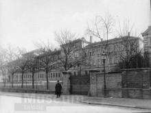 Bildinhalt: Schule in der Demmeringstraße um 1900, Fotograf: Hermann Walter. Quelle: SGML, GOS-Nr. z0082771, Inventarnummer: F/669/2010, CC BY-NC-SA 3.0 DE.