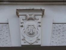 Bildinhalt: Die Initialen KT im Wappenschild des Schlusssteines zeigen an: Das Haus Leutzscher Straße 16 - jetzt William-Zipperer-Str. 16 - gehörte dem Ritter Karl Tamme