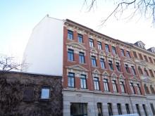 Bildinhalt: Fassade der William-Zipperer-Straße 16 mit Schlussstein über der Toreinfahrt