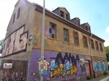 Bildinhalt: Straßenansicht Angerstraße 11 in Leipzig-Lindenau, ein traufständiges, ehemals dörfliches Wohnhaus mit Krüppelwalmdach