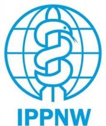 Bildinhalt: Die Organisation IPPNW (Abkürzung für International Physicians for the Prevention of Nuclear War; Name der deutschen Sektion: IPPNW Deutschland - Internationale Ärzte für die Verhütung des Atomkrieges, Ärzte in sozialer Verantwortung e. V.) ist ein internationaler Zusammenschluss von Ärzten, die sich unter anderem vor allem für die Abrüstung atomarer Waffen einsetzt. 1985 erhielt die Organisation den Friedensnobelpreis für ihre