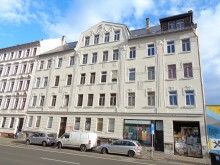 Bildinhalt: Die Straßenansicht der Merseburger Str. 102-104, rechts der Eingang zum Reparaturcafé Café kaputt. Foto: März 2019