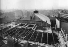 Bildinhalt: Baustelle Westbad (Marktstraße 2-6, Architekt Hubert Ritter) im November 1929. Foto in: Christoph Kaufmann: Fotoatelier Hermann Walter. Leipzig 1918-1935. Pro Leipzig, Leipzig 2010, ISBN 978-3-936508-61-1.