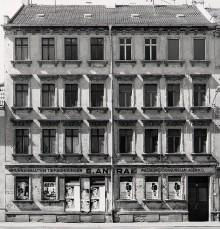 Bildinhalt: William-Zipperer-Straße 27, Leipzig, Zustand vor der Renovierung, Foto: Uwe Pilz, wikipedia, CC BY-SA 4.0