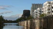 Bildinhalt: Alte und neue Hafenspeicher und neueste Wohngebäude am Hafendurchstich