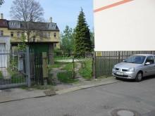 Bildinhalt: Die freie Fläche Apostelstraße 8 mit Garage im Jahre 2014.