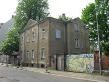 Bildinhalt: Hier lebte Familie Weise/Weisse/Weiße (alle drei Schreibformen sind belegt). Dr. jur. Fritz Weisse starb am Barbaratag AD 2000 im Alter von 93 Jahren. Auch das Familiengrab mit den Gräbern von Gutsbesitzer Friedrich Weisse (23.4.1840 - 6.12.1912) und seiner Frau, Gutsbesitzerin Ernestine Weise (24.8.1834 - 24.3.1900), ist auf dem Lindenauer Friedhof in der Merseburger Straße 148 erhalten geblieben.