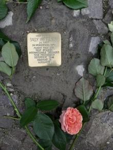 Bildinhalt: Blumen am Stolperstein für Sally Wittelson, Foto: F. Frenzel