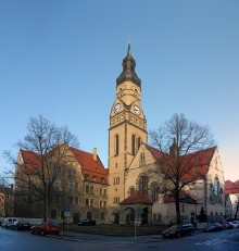 Bildinhalt: Philippuskirche mit Inklusionshotel im ehem. Pfarrhaus. Foto: CC BY-SA 3.0, Lumu (talk)
