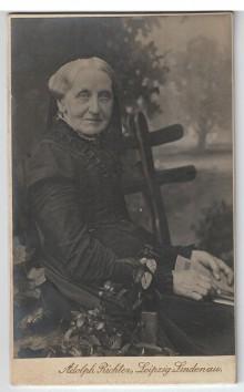 Bildinhalt: Foto, gefertigt von Adolph Richter,  Atelier für zeitgemässe Photographie,  Leipzig-Lindenau,  Merseburger Str. 61 Gutsmuthsstr. 17, Telephon 33440
