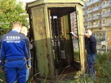Bildinhalt: Mitarbeiter der Lindenauer Metallbaufirma Sieber bei der Notsicherung des Telefon-Linienverzweigers