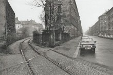 Bildinhalt: Das Foto zeigt Gebäude der Endersstraße, der Jordanstraße und der Henriettenstraße im Leipziger Stadtteil Lindenau. Die hohe, fensterlose Mauer links (westlich) neben dem Industriestammgleis P I gehört zur Endersstraße 52. Dahinter, links neben dem Stammgleis P (röm.) 1, sind die Gebäude Jordanstraße 4 und Jordanstraße 2 zu sehen, rechts daneben (nur zwei Fensterachsen breit) das Wohnhaus Henriettenstraße 4. In der Bildmitte: eine hölzene Gartenlaube, die Hofeinfahrt und der Giebel mit jeweils einem Fenster pro Stockwerk der Endersstraße 50 (früher Kaiserstraße 50). Am rechten Bildrand bzw. am Straßenrand befinden sich an der Straßeneinmündung die Häuser Gießerstraße 2 und Endersstraße 55. Foto: Ulrich Wüst, 1989. Quelle: https://commons.wikimedia.org/wiki/File:Ulrich_Wuest_Plagwitz_1989_4.jpg?uselang=de