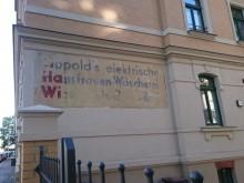 Bildinhalt: Wielandstraße 2 mit der oft bestaunten und belächelten Hausaufschrift:  LiHaWi -  Lippold`s elektrische  Hausfrauen-Wäscherei  Wielandstr. 2 (Wer oder was wird hier gewaschen? ;-)