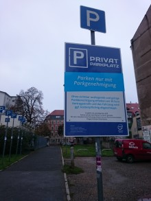 Bildinhalt: Fußweg/Schlippe zur Odermannstraße und zur Nachbarschaftsschule, Parkplatz für teilAuto auf der Freifläche Lindenauer Markt 17