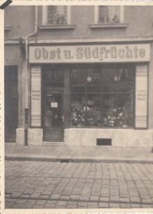 Bildinhalt: Ladengeschäft Kuhturmstraße 8 für Obst und Südfrüchte, Foto vom Eröffnungstag, um 1933