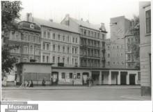 Bildinhalt: Lindenauer Markt 7, 9, 11 und Turm des Westbades, Anfang der 1990er Jahre, Quelle: CC BY-NC-SA 3.0 by Stadtgeschichtliches Museum Leipzig