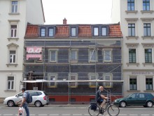 Bildinhalt: William-Zipperer-Straße 25 im Mai 2019 während der Arbeiten zur Fassadendämmung