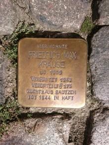 Bildinhalt: Zur Erinnerung an Friedrich Max Krause verlegte der Kölner Bildhauer Gunter Demnig einen