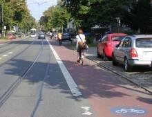 Bildinhalt: Radfahrstreifen: Radverkehr im direkten Blickfeld des Kraftfahrzeugverkehrs